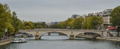 Τοπίο του ποταμού του Σηκουάνα με τις παλαιές γέφυρες στοκ εικόνες με δικαίωμα ελεύθερης χρήσης