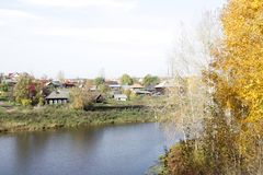 Τοπίο του ρωσικού χωριού Γύροι ποταμών στοκ φωτογραφία