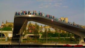 Τοπίο του σύγχρονου πάρκου Zaryadye και της πετώντας στα ύψη για τους πεζούς γέφυρας, Μόσχα, Ρωσία Στοκ εικόνες με δικαίωμα ελεύθερης χρήσης