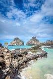 Τοπίο του τεράστιου βράχου κοντά στην παραλία στη φωτογραφία του Fernando de Noronha Stock: Στοκ εικόνες με δικαίωμα ελεύθερης χρήσης