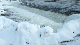 Τοπίο του φράγματος στον ποταμό και της χιονώδους ακτής μια ηλιόλουστη χειμερινή ημέρα στοκ φωτογραφίες