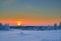 Τοπίο του χειμερινού Βορρά στο ηλιοβασίλεμα Στοκ Φωτογραφία