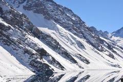 Τοπίο του χιονιού και του χιονοδρομικού κέντρου βουνών Στοκ Φωτογραφία