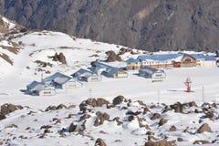 Τοπίο του χιονιού και του χιονοδρομικού κέντρου βουνών Στοκ Εικόνες