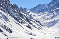 Τοπίο του χιονιού και του χιονοδρομικού κέντρου βουνών Στοκ φωτογραφία με δικαίωμα ελεύθερης χρήσης