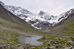 Τοπίο του χιονώδους υψηλού βουνού με τη λίμνη στοκ εικόνα με δικαίωμα ελεύθερης χρήσης