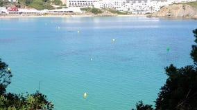 Τοπίο του όμορφου κόλπου Arenal δ ` EN Castell με μια θαυμάσια τυρκουάζ θάλασσα, Menorca, Ισπανία φιλμ μικρού μήκους
