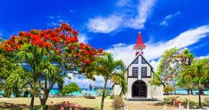 Τοπίο του όμορφου νησιού του Μαυρίκιου - κόκκινη εκκλησία στην παραλία στοκ εικόνα με δικαίωμα ελεύθερης χρήσης