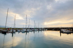 Τοπίο των αλιευτικών σκαφών και των γιοτ που σταθμεύουν σε μια μαρίνα με να λάμψει φωτός του ήλιου Στοκ Εικόνα
