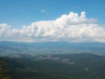 Τοπίο των βουνών και του νεφελώδους ουρανού Carpathians βουνά, δυτική Ουκρανία Μεγάλος άσπρος σωρείτης που ρέει στο μπλε ουρανό στοκ εικόνα με δικαίωμα ελεύθερης χρήσης