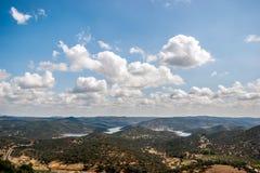 Τοπίο των βουνών με τα σύννεφα στον ουρανό Στοκ εικόνα με δικαίωμα ελεύθερης χρήσης