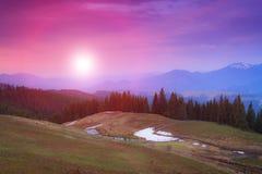 Τοπίο των βουνών λυκόφατος πρωινού την άνοιξη Στοκ Φωτογραφίες