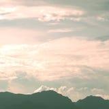 Τοπίο των εκλεκτής ποιότητας βουνών με τον ουρανό σύννεφων Στοκ φωτογραφία με δικαίωμα ελεύθερης χρήσης