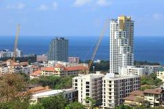 Τοπίο των κτηρίων με τη θάλασσα και το μπλε ουρανό και το σύννεφο, Pattaya, Ταϊλάνδη Στοκ φωτογραφία με δικαίωμα ελεύθερης χρήσης