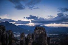 Τοπίο των μοναστηριών Meteora στην Ελλάδα σε Thessaly στα ξημερώματα Απότομοι βράχοι Meteora απέναντι από ένα νεφελώδες BA ουρανο Στοκ εικόνες με δικαίωμα ελεύθερης χρήσης