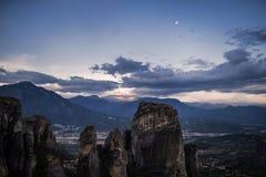Τοπίο των μοναστηριών Meteora στην Ελλάδα σε Thessaly στα ξημερώματα Απότομοι βράχοι Meteora απέναντι από ένα νεφελώδες BA ουρανο Στοκ εικόνα με δικαίωμα ελεύθερης χρήσης