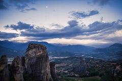 Τοπίο των μοναστηριών Meteora στην Ελλάδα σε Thessaly στα ξημερώματα Απότομοι βράχοι Meteora απέναντι από ένα νεφελώδες BA ουρανο Στοκ φωτογραφία με δικαίωμα ελεύθερης χρήσης