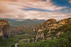 Τοπίο των μοναστηριών Meteora στην Ελλάδα σε Thessaly στα ξημερώματα Απότομοι βράχοι Meteora απέναντι από ένα νεφελώδες BA ουρανο Στοκ Φωτογραφία