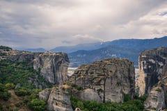 Τοπίο των μοναστηριών Meteora στην Ελλάδα σε Thessaly στα ξημερώματα Απότομοι βράχοι Meteora απέναντι από ένα νεφελώδες BA ουρανο Στοκ φωτογραφίες με δικαίωμα ελεύθερης χρήσης