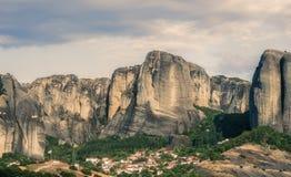 Τοπίο των μοναστηριών Meteora στην Ελλάδα σε Thessaly στα ξημερώματα Απότομοι βράχοι Meteora απέναντι από ένα νεφελώδες BA ουρανο Στοκ Εικόνες