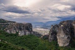 Τοπίο των μοναστηριών Meteora στην Ελλάδα σε Thessaly στα ξημερώματα Απότομοι βράχοι Meteora απέναντι από ένα νεφελώδες BA ουρανο Στοκ Φωτογραφίες