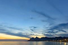 Τοπίο των παραλιών Arpoador, Ipanema και Leblon στο Ρίο ντε Τζανέιρο κατά τη διάρκεια του σούρουπου Στοκ εικόνα με δικαίωμα ελεύθερης χρήσης