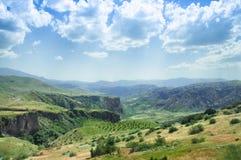 Τοπίο των σαφών, πράσινων λόφων βουνών και του αμπελώνα, Αρμενία στοκ εικόνες