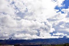 Τοπίο των σύννεφων και των βουνών Στοκ εικόνα με δικαίωμα ελεύθερης χρήσης