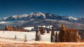 Τοπίο των χειμερινών βουνών τη νύχτα στοκ φωτογραφία με δικαίωμα ελεύθερης χρήσης