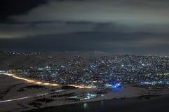 Τοπίο των χιονωδών βουνών και της λίμνης με τη πανσέληνο ανωτέρω Το φεγγάρι και τα σύννεφα στον ουρανό Μπακού, Αζερμπαϊτζάν, λίμν Στοκ φωτογραφίες με δικαίωμα ελεύθερης χρήσης