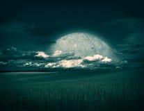 Τοπίο φαντασίας με τον τομέα, το φεγγάρι και τα σύννεφα Στοκ Εικόνα