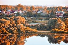 Τοπίο φθινοπώρου Άποψη ματιών πουλιών του μικρού χωριού στο δάσος φθινοπώρου στην ανατολή Στοκ Εικόνα