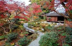 Τοπίο φθινοπώρου ενός όμορφου ιαπωνικού κήπου shugaku-στο αυτοκρατορικό βασιλικό πάρκο βιλών στο Κιότο στοκ εικόνα