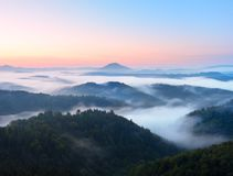 Τοπίο φθινοπώρου Ευγενής υδρονέφωση, θαυμάσια κρεμώδης ομίχλη φθινοπώρου επάνω από τα δάση Λόφος που αυξάνεται υψηλός από την ομί Στοκ Εικόνες