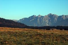 Τοπίο φθινοπώρου με τα βουνά στο backgroud στοκ φωτογραφίες