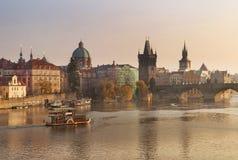 Τοπίο φθινοπώρου με τη γέφυρα του Charles στην Πράγα Στοκ Φωτογραφία