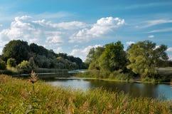 Τοπίο φθινοπώρου με τον ποταμό και τα σύννεφα Στοκ φωτογραφίες με δικαίωμα ελεύθερης χρήσης