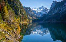 Τοπίο φθινοπώρου με το βουνό Dachstein σε όμορφο Gosausee, Salzkammergut, Αυστρία Στοκ Φωτογραφίες