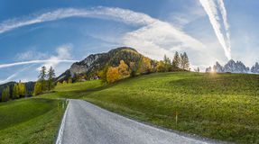 Τοπίο φθινοπώρου με το δρόμο Στοκ εικόνες με δικαίωμα ελεύθερης χρήσης