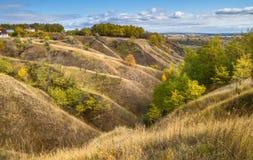 Τοπίο φθινοπώρου - οι λόφοι φαραγγιών που κατεβαίνουν στην κοιλάδα ποταμών Στοκ φωτογραφία με δικαίωμα ελεύθερης χρήσης