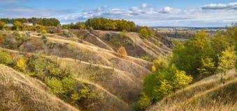 Τοπίο φθινοπώρου - οι λόφοι φαραγγιών που κατεβαίνουν στην κοιλάδα ποταμών Στοκ εικόνες με δικαίωμα ελεύθερης χρήσης