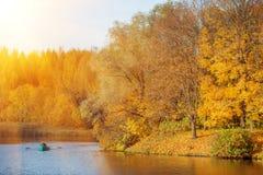 Τοπίο φθινοπώρου Πάρκο το φθινόπωρο Τα φωτεινά χρώματα της πτώσης στο τ στοκ φωτογραφία