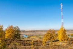 Τοπίο φθινοπώρου, πύργος τηλεφωνικών ηλεκτρονόμων συμμετέχων σε έναν στόχο ή ένα εναλλασσόμενο ρεύμα Στοκ Φωτογραφίες