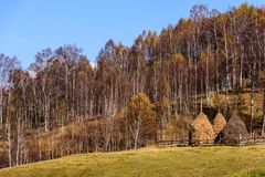 Τοπίο φθινοπώρου στα βουνά με το σωρό του σανού στοκ φωτογραφίες