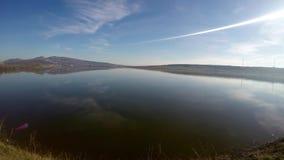Τοπίο φθινοπώρου στην όχθη της λίμνης με τον ήλιο και το μπλε νερό απόθεμα βίντεο