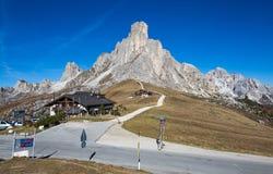 Τοπίο φθινοπώρου στο πέρασμα Giau με το διάσημο RA Gusela, αιχμές Nuvolau στο υπόβαθρο, δολομίτες, Ιταλία στοκ εικόνα με δικαίωμα ελεύθερης χρήσης