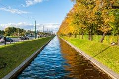 Τοπίο φθινοπώρου της Αγία Πετρούπολης - του καναλιού του Κύκνου και πάρκο φθινοπώρου στον ηλιόλουστο καιρό Τοπίο πόλεων φθινοπώρο Στοκ φωτογραφία με δικαίωμα ελεύθερης χρήσης