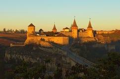 Τοπίο φθινοπώρου του μεσαιωνικού κάστρου kamianets-Podilskyi κατά τη διάρκεια της ανατολής Διάσημος τουριστικός προορισμός θέσεων στοκ φωτογραφία με δικαίωμα ελεύθερης χρήσης