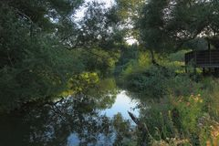 τοπίο φύσης με μια άποψη του μικρού ποταμού Στοκ φωτογραφία με δικαίωμα ελεύθερης χρήσης
