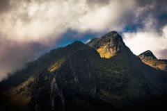 Τοπίο φύσης της Ταϊλάνδης Chiangmai: βουνό με την υδρονέφωση σύννεφων Στοκ εικόνα με δικαίωμα ελεύθερης χρήσης